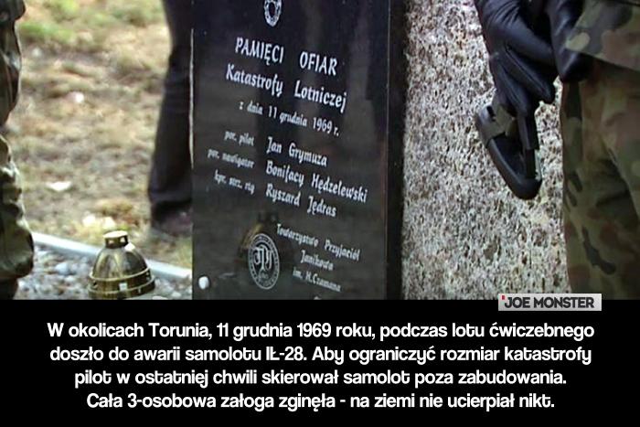 W okolicach Torunia, 11 grudnia 1969 roku, podczas lotu ćwiczebnego doszło do awarii samolotu IŁ-28. Aby ograniczyć rozmiar katastrofy pilot w ostatniej chwili skierował samolot poza zabudowania. Cała 3-osobowa załoga zginęła - na ziemi nie ucierpiał nikt.