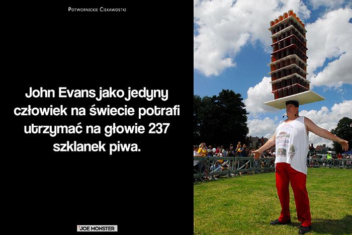 John Evans jako jedyny człowiek na świecie potrafi utrzymać na głowie 237 szklanek piwa.