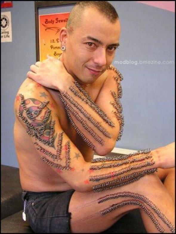 Tatuaż, modyfikacje ciała, kolczyki, piercing.