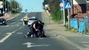 Policjanci próbują obezwładnić nożownika, który groził, że ich pozabija