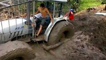 Jak wyciągnąć traktor z błota?