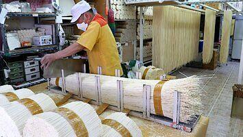 Tradycyjna produkcja makaronu w Korei