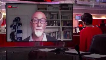 Tata udziela wywiadu w telewizji