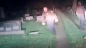 Bohaterska policja po zmroku patroluje cmentarz