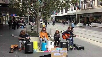 """""""Californication"""" Red Hotów zagrane na ulicy w Melbourne"""