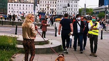 Blond lamparcica kokietuje policjantów