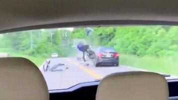 Idiota na motocyklu doprowadza do kolizji z samochodem