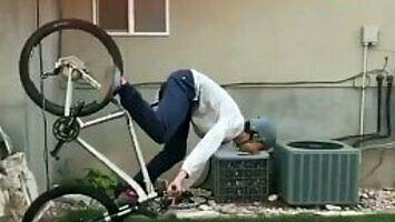 Paul Jumper testuje nowy kask rowerowy