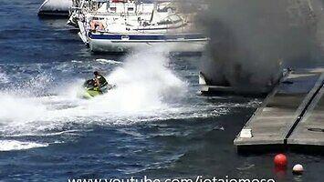 Koleś na skuterze wodnym ugasił płonącą motorówkę
