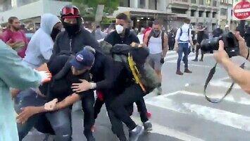 Protestujący przekazują wandala policji