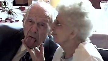 Wesoła para staruszków zdradza przepis na szczęśliwe małżeństwo