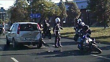 Krakowski policjant próbuje zatrzymać motocyklistę