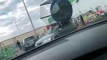 Kupił trampolinę i przewiózł ją na dachu samochodu