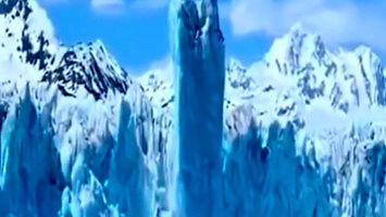 Góra lodowa unosi się ponad powierzchnię