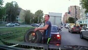 Kierowca uratował swój samochód przed pędzącym kołem