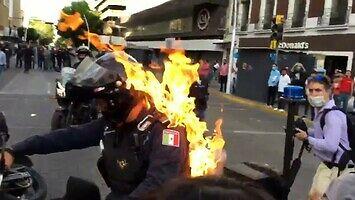 Podpalenie policjanta na motocyklu w Meksyku