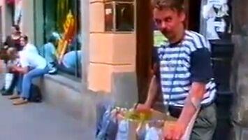 Tanio, okazja, skarpety polecam! - uliczny handel sprzed lat