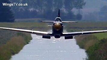 Efektowny niski przelot myśliwca Spitfire MH434