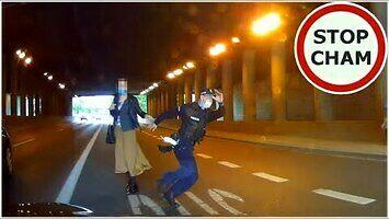 Lekkomyślny policjant ucieka przed potrąceniem