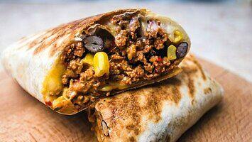 Burrito z wieprzowiną chorizo, serem i ostrym sosem