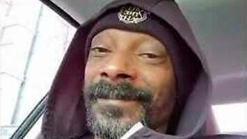 """Snoop Dogg siedzi w aucie i słucha piosenki z """"Krainy lodu"""""""