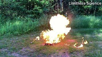Co się stanie, jeśli wrzucisz do ognia 70 zapalniczek?