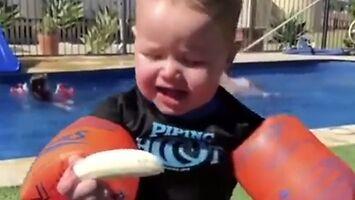 Mały pływak walczy z bananem