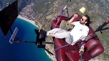 Paralotniowa latająca kanapa i oglądanie telewizji