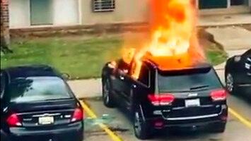 Kobieta podpala samochód...