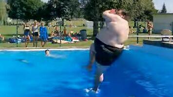 Kiedy zawodnik wagi ciężkiej skacze do basenu