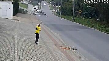 Samolot rozbija się na brazylijskiej ulicy