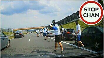 Ustawka kiboli na autostradzie A4