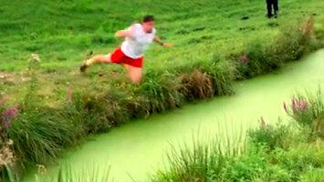 Skoczył przez szeroki rów z wodą