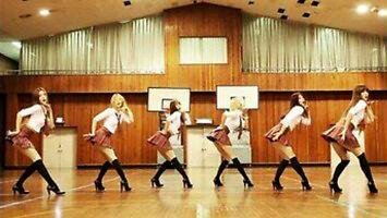 Seksowne uczennice tańczą na powrót do szkoły