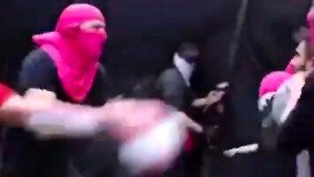 Różowe ninja kontra facet z patelnią (włącz dźwięk!)