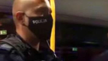 Policjanci wyprowadzili z autobusu tatusia z hulajnogą