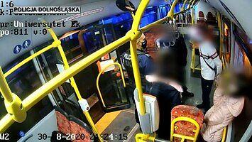 Tatuś z hulajnogą - nagranie z monitoringu autobusu