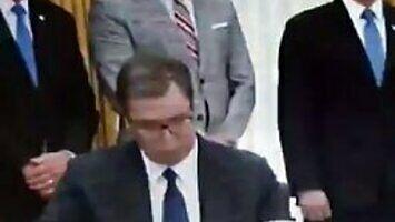 Prezydent Serbii podpisał dokumenty, które przed nim postawiono bez przeczytania ich