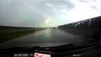 Dlaczego nie warto zapierniczać po autostradzie w deszczu?