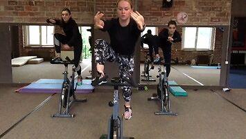 Dziewczyny ćwiczą na rowerkach