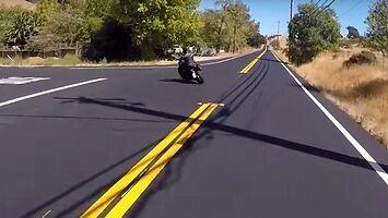 Czołowe zderzenie motocyklisty z samochodem