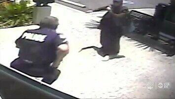 Kobieta z nożem rzeźnickim atakuje policjanta