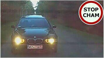 Czarne BMW ściga, zajeżdża i blokuje drogę