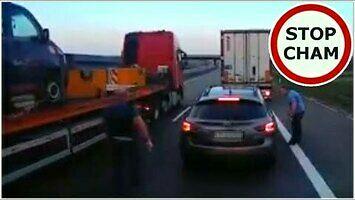 SUV wyhamował ciężarówki - kierowcy wzięli go w kleszcze