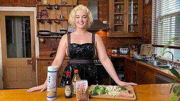 Stefania gotuje w samym fartuszku