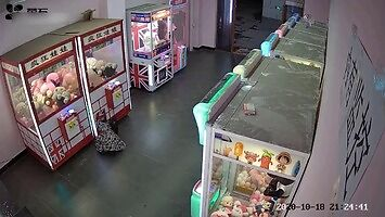 Dziewczynka utknęła w automacie z pluszakami