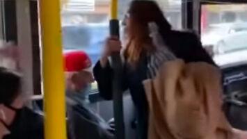 Kobieta pluje na pasażera w autobusie...