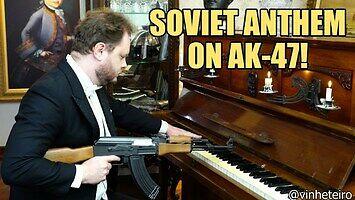 Vinheteiro gra hymn Rosji z kałachem w ręku