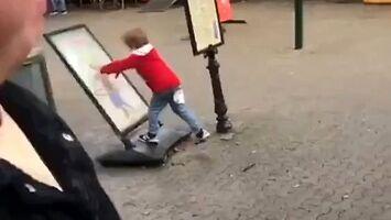 Pojedynek chłopca z plakatem