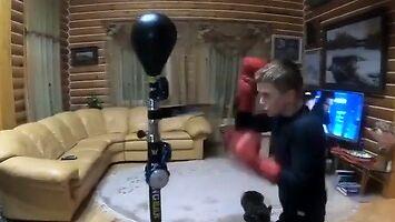 Młody bokser podczas treningu